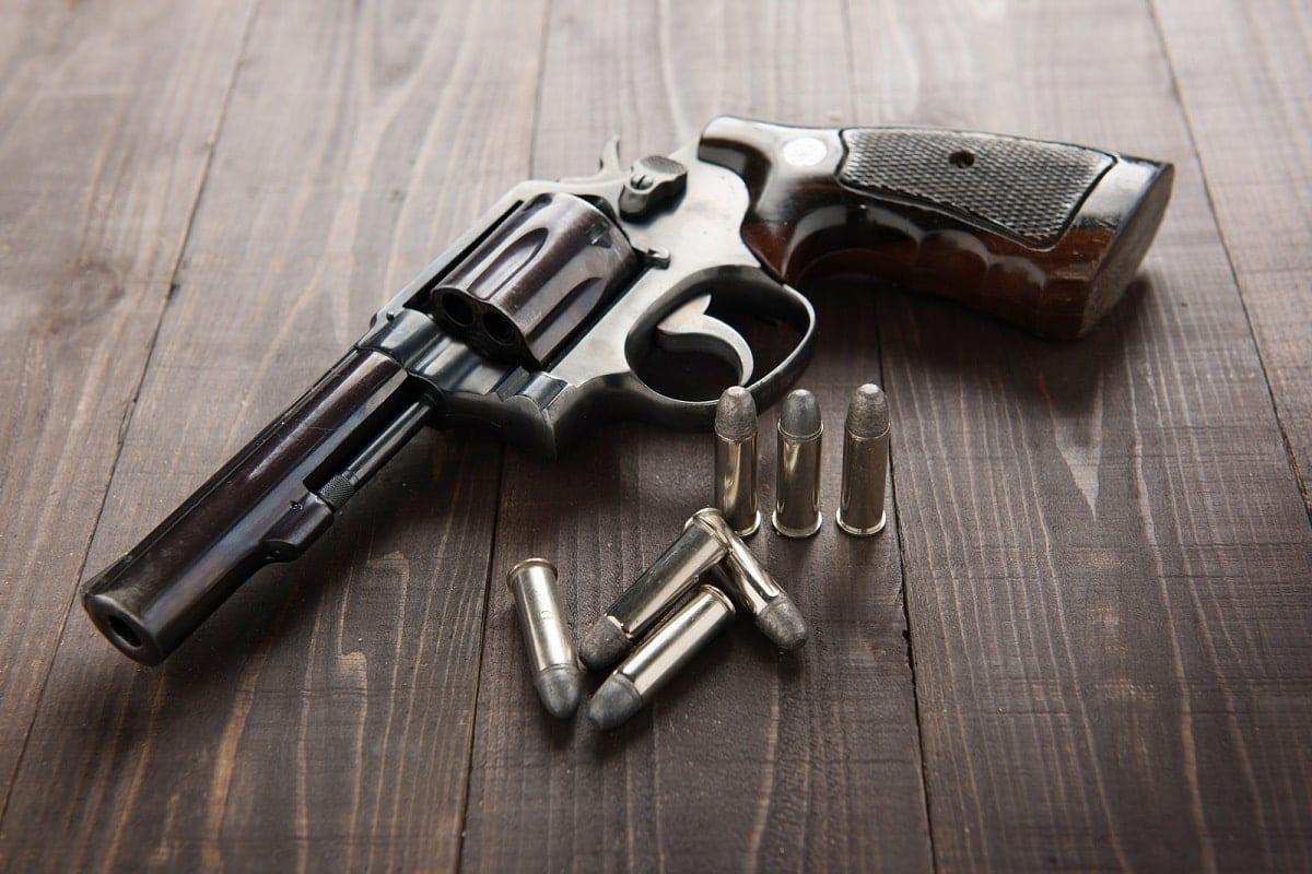 """เลือกปืน """"ลูกโม่"""" หรือ """"กึ่งอัตโนมัติ"""" แบบไหนดีกว่ากัน"""